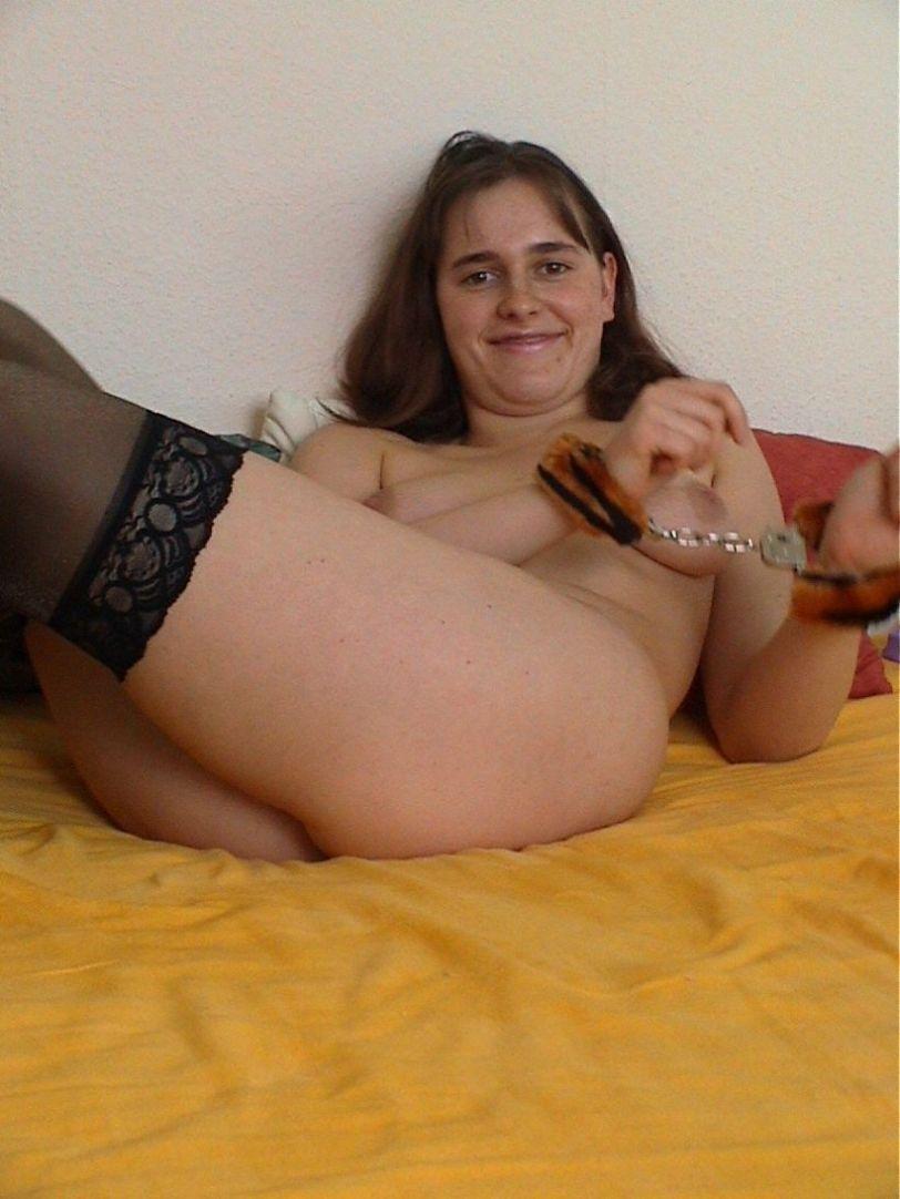nackte Frau in Handschellen
